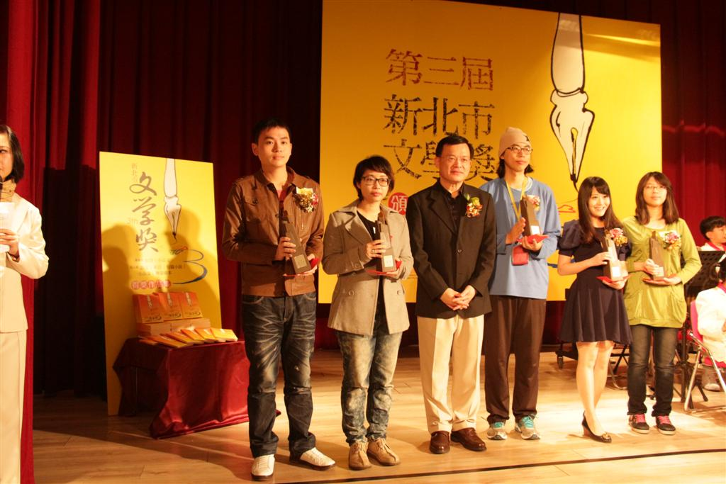 林寬裕局長與各類第一名得獎者合影