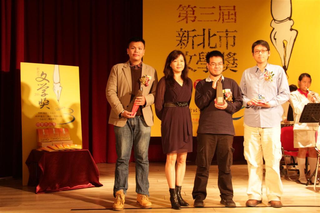 蔡素芬老師與短篇小說類得獎者合影